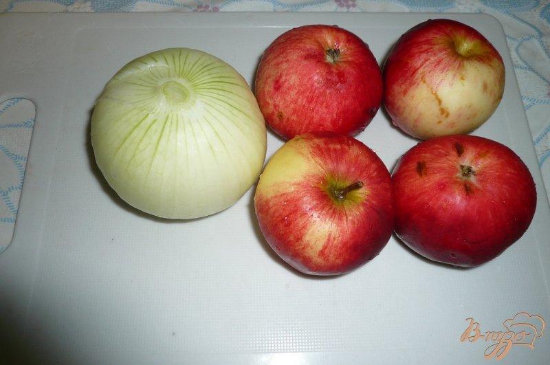 Фото приготовление рецепта: Свинина запеченная с яблоками и сыром шаг №3