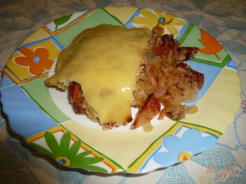 Фото приготовление рецепта: Свинина запеченная с яблоками и сыром шаг №11