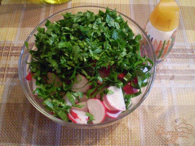 Фото приготовление рецепта: Салат из редиса с петрушкой и черемшой шаг №3