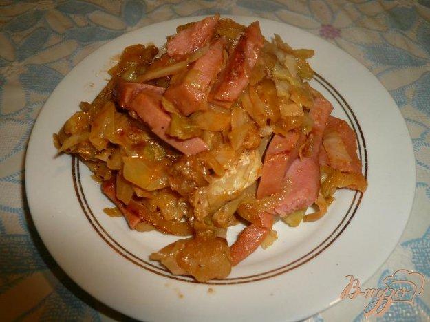 капуста тушеная в кастрюле с колбасой