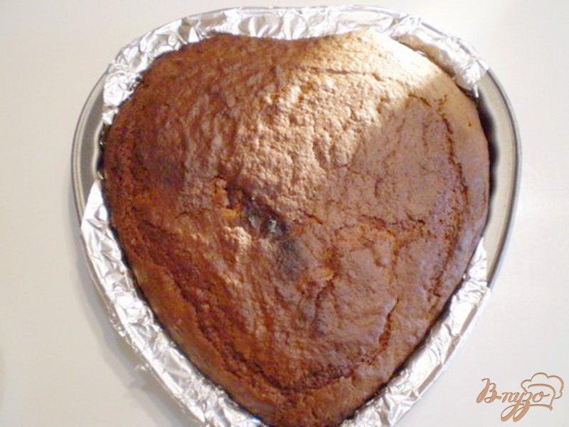 Фото приготовление рецепта: Черный кекс с вишневым вареньем шаг №6