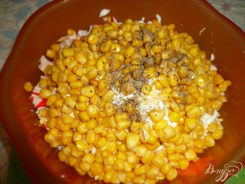 Фото приготовление рецепта: Салат с крабовым мясом и болгарским перцем шаг №5