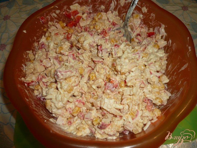 Фото приготовление рецепта: Салат с крабовым мясом и болгарским перцем шаг №6