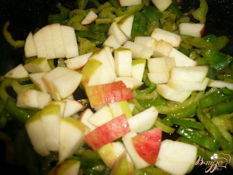 Фото приготовление рецепта: Печень с болгарским перцем и яблоком шаг №3