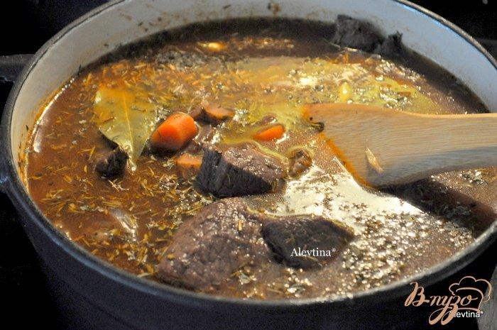 Фото приготовление рецепта: Говядина в красном вине шаг №4