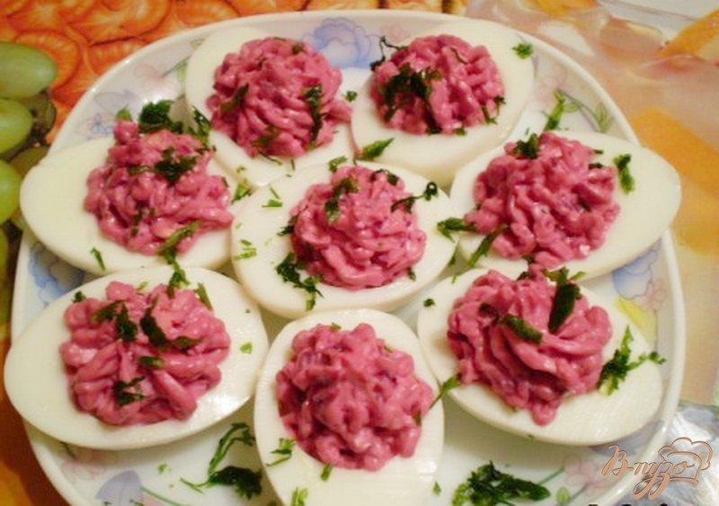 Фото приготовление рецепта: Яйца фаршированные свеклой и сыром шаг №4