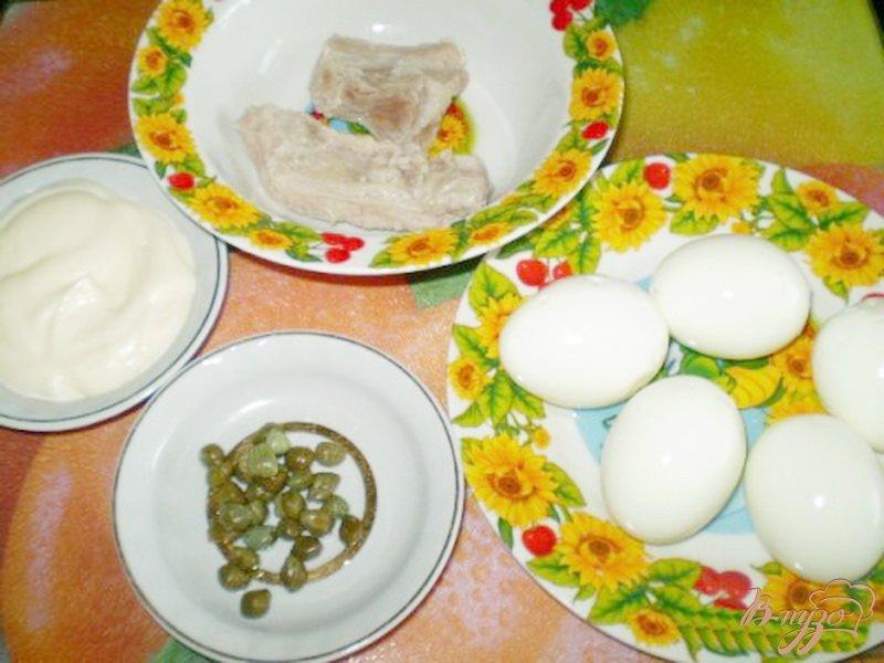Фото приготовление рецепта: Яйца фаршированные мясом и каперсами шаг №1