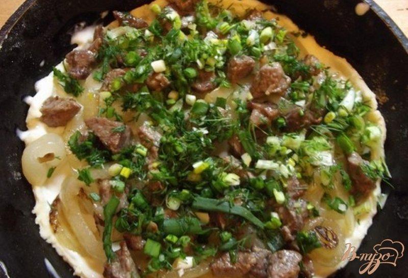 Фото приготовление рецепта: Пицца закрытая мясная с зеленью шаг №8