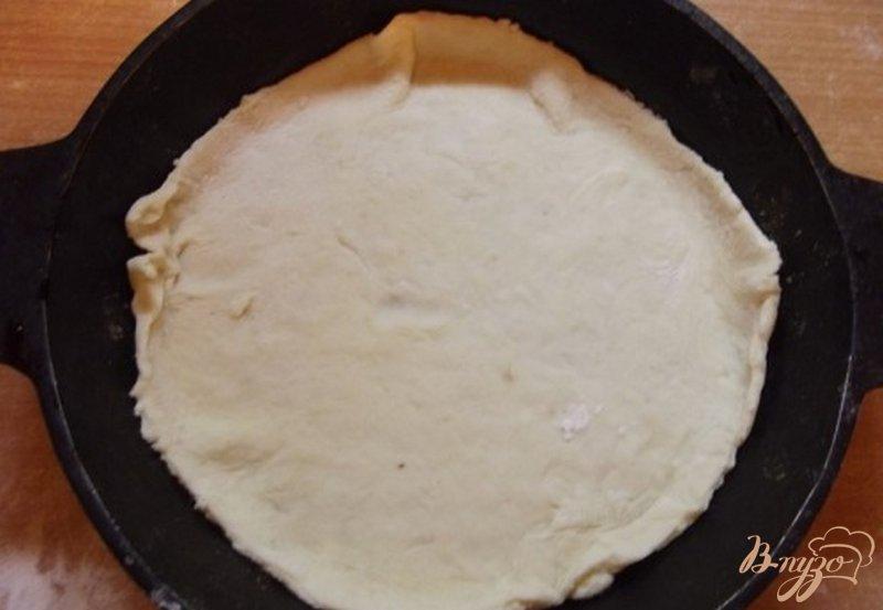Фото приготовление рецепта: Пицца закрытая мясная с зеленью шаг №5