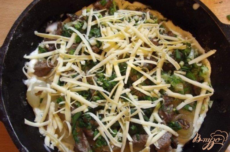 Фото приготовление рецепта: Пицца закрытая мясная с зеленью шаг №9
