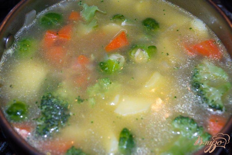 Фото приготовление рецепта: Суп-пюре с брокколи, брюссельской капустой и фрикадельками шаг №8