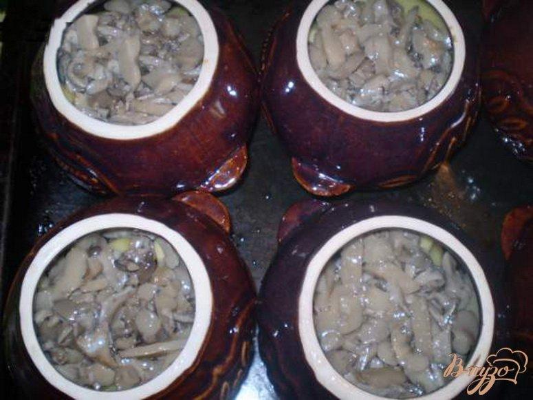 Фото приготовление рецепта: Картофель с грибами и курицей в горшочке шаг №4