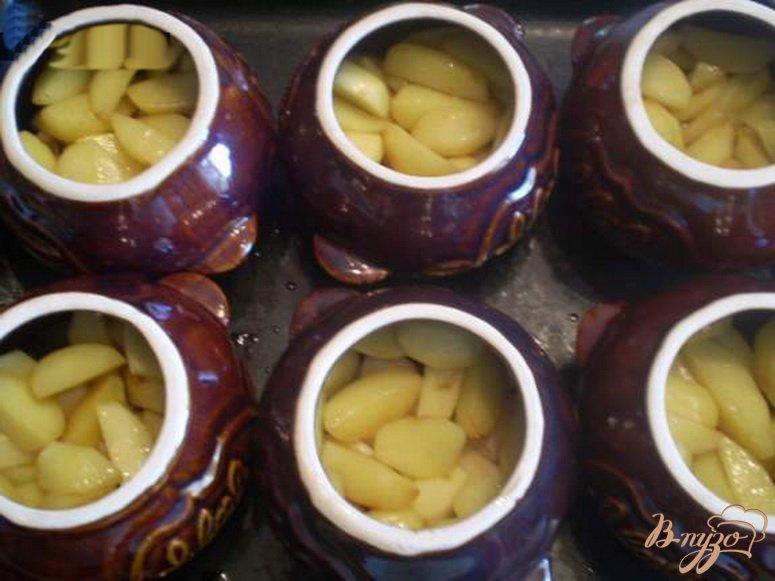 Фото приготовление рецепта: Картофель с грибами и курицей в горшочке шаг №3
