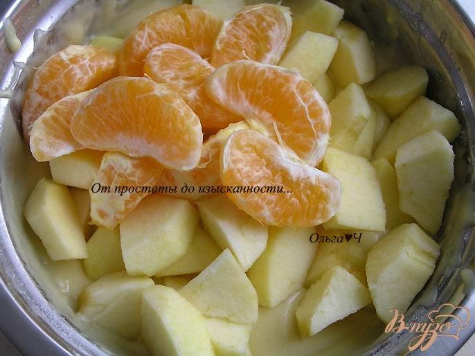 Фото приготовление рецепта: Шарлотка с яблоками и мандарином шаг №3