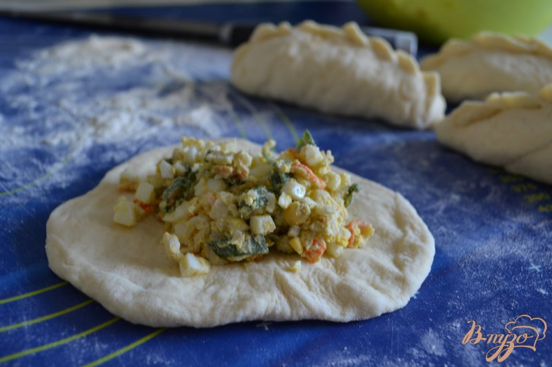 Фото приготовление рецепта: Пирожки с яйцом, зеленым луком и крабовыми палочками шаг №7