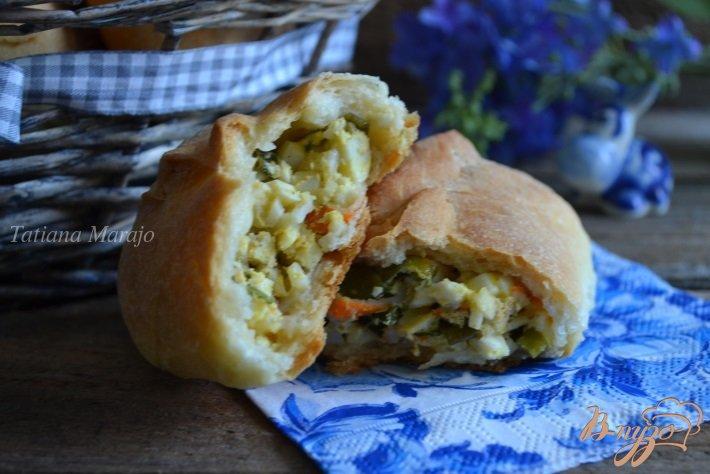 Фото приготовление рецепта: Пирожки с яйцом, зеленым луком и крабовыми палочками шаг №11