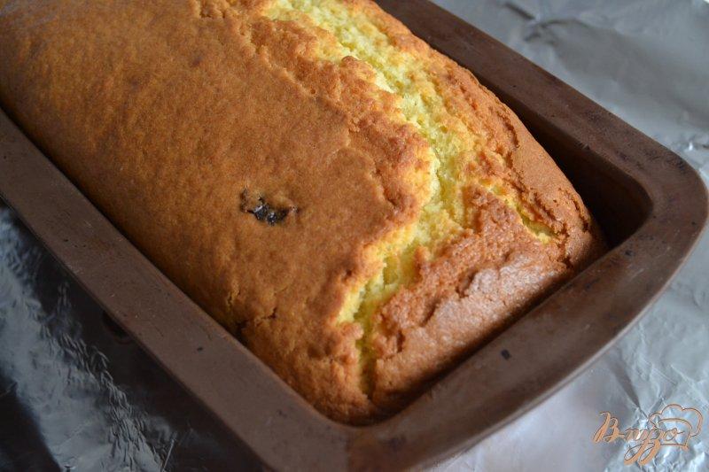 Фото приготовление рецепта: Сметанный кекс с вяленой клюквой шаг №7