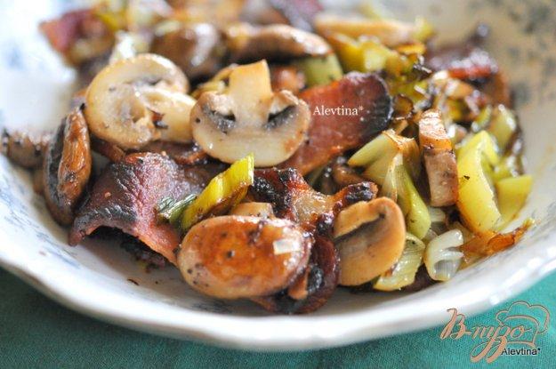 Рецепт Лук-порей с беконом и грибами