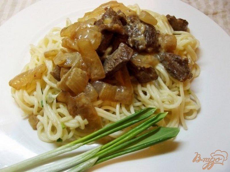 Фото приготовление рецепта: Спагетти с черемшой тушеным мясом шаг №6