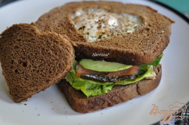 фото рецепта: Сэндвич с авокадо,с копченной семгой и яйцом