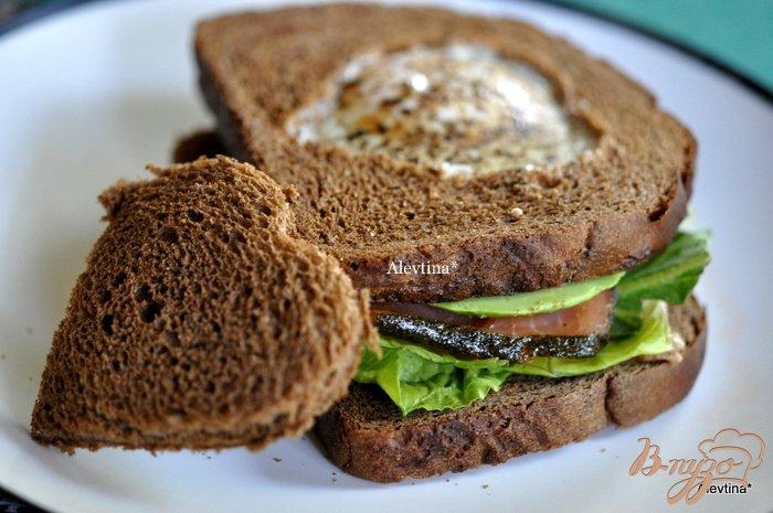 Фото приготовление рецепта: Сэндвич с авокадо,с копченной семгой и яйцом шаг №5