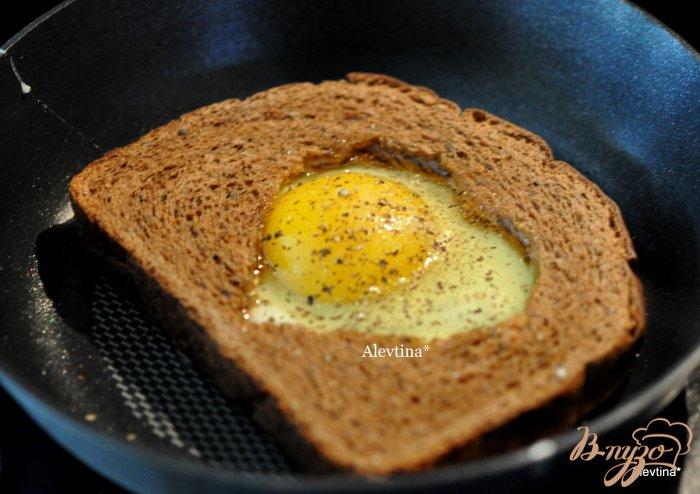 Фото приготовление рецепта: Сэндвич с авокадо,с копченной семгой и яйцом шаг №2