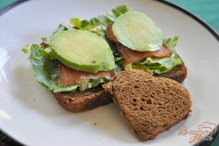 Фото приготовление рецепта: Сэндвич с авокадо,с копченной семгой и яйцом шаг №4