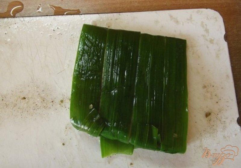 Фото приготовление рецепта: Рыба запеченная в листьях чеснока шаг №3