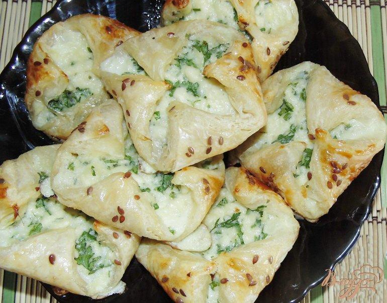 Фото приготовление рецепта: Слойки соленые с брынзой шаг №6