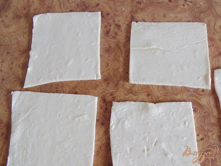 Фото приготовление рецепта: Слойки соленые с брынзой шаг №3