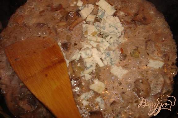 Фото приготовление рецепта: Блины с грибами и голубым сыром шаг №3