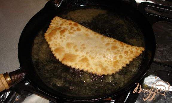 Фото приготовление рецепта: Самый настоящий чебурек (с водкой) шаг №9