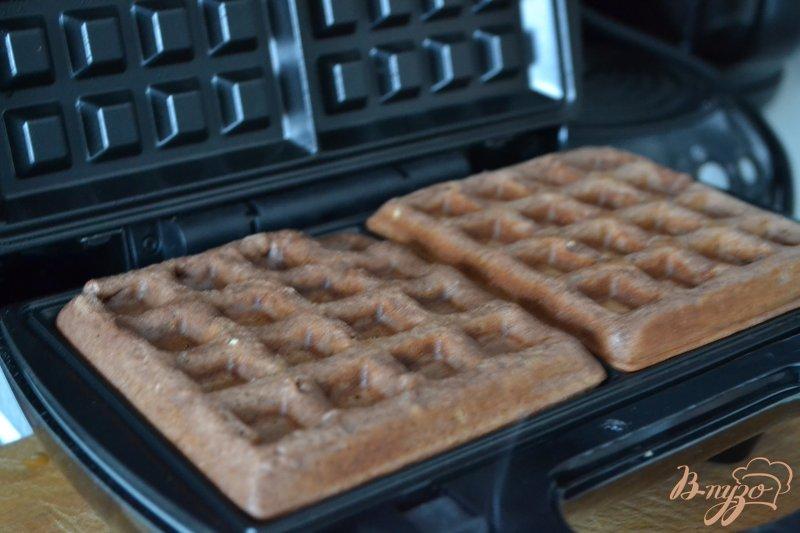 Фото приготовление рецепта: Шоколадные вафли с фруктами шаг №5