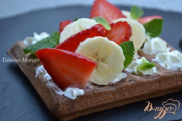 фото рецепта: Шоколадные вафли с фруктами
