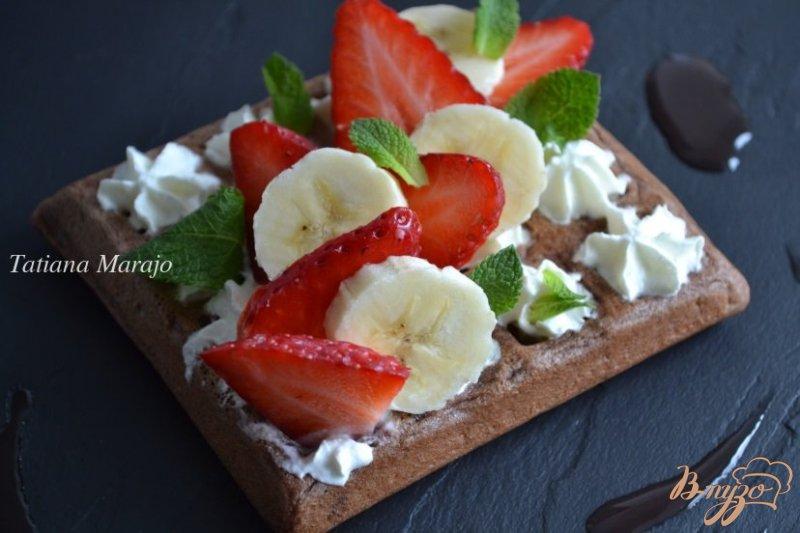 Фото приготовление рецепта: Шоколадные вафли с фруктами шаг №8