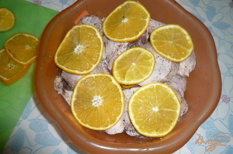 Фото приготовление рецепта: Куриные окорочка запеченные с апельсинами шаг №4