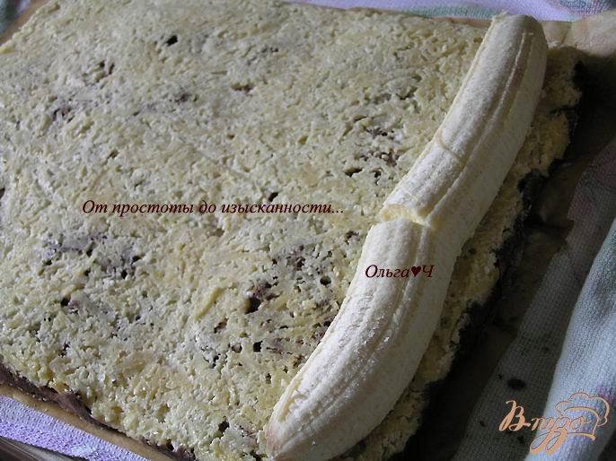 Фото приготовление рецепта: Шоколадный рулет с творожно-яблочной начинкой шаг №8