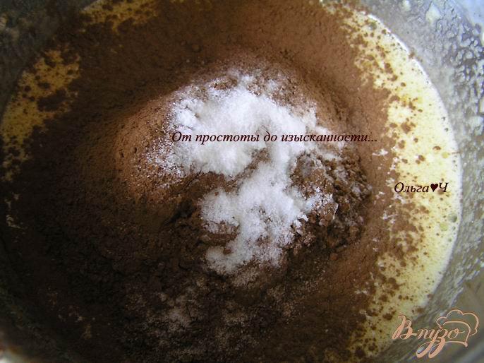 Фото приготовление рецепта: Шоколадный рулет с творожно-яблочной начинкой шаг №4