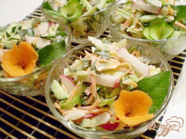 Рецепт Редисковый салат с капустой и листьями одуванчика