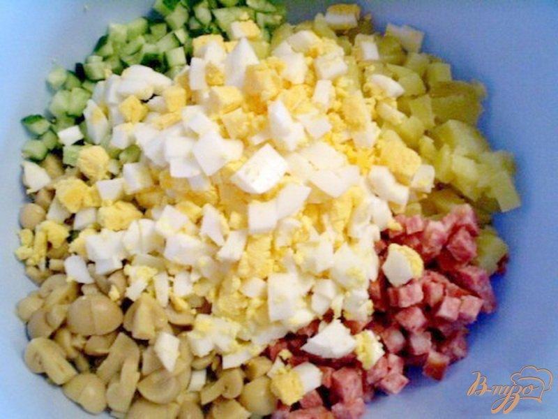 Фото приготовление рецепта: Салат с маринованными шампиньонами шаг №2