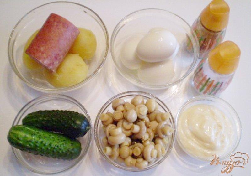 Фото приготовление рецепта: Салат с маринованными шампиньонами шаг №1