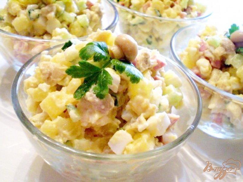 Фото приготовление рецепта: Салат с маринованными шампиньонами шаг №4
