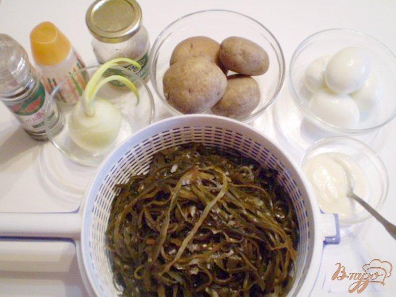 Фото приготовление рецепта: Салат из ламинарии с картофелем и яйцом шаг №1
