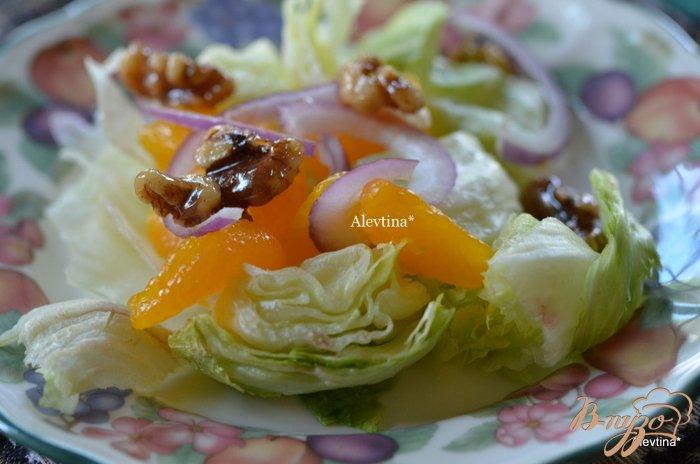 Фото приготовление рецепта: Cалат с карамельными орехами и дольками мандарина шаг №5