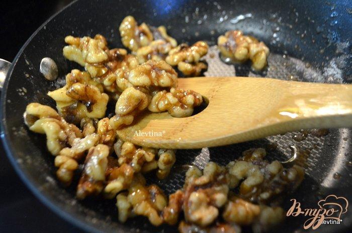 Фото приготовление рецепта: Cалат с карамельными орехами и дольками мандарина шаг №2