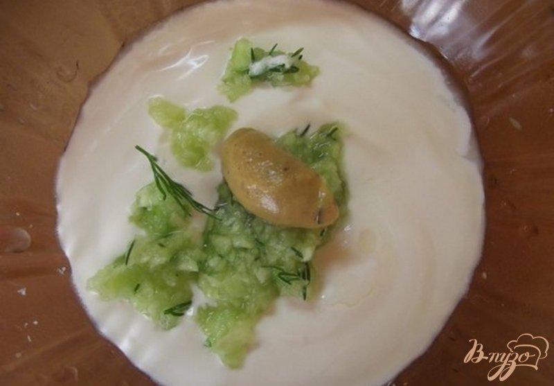 Фото приготовление рецепта: Салат с огуречным соусом шаг №8