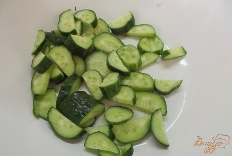Фото приготовление рецепта: Салат с огуречным соусом шаг №3