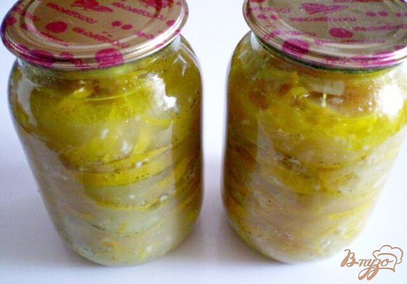 Фото приготовление рецепта: Консервированные кабачки с чесноком и перцем шаг №6