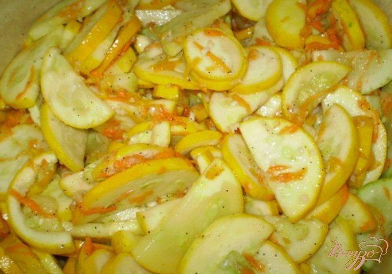Фото приготовление рецепта: Консервированные кабачки с чесноком и перцем шаг №4
