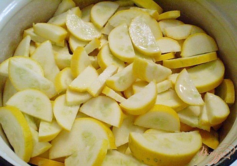 Фото приготовление рецепта: Консервированные кабачки с чесноком и перцем шаг №2